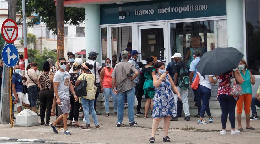 Bancos cubanos dejan de aceptar desde este lunes depósitos de dólares en efectivo