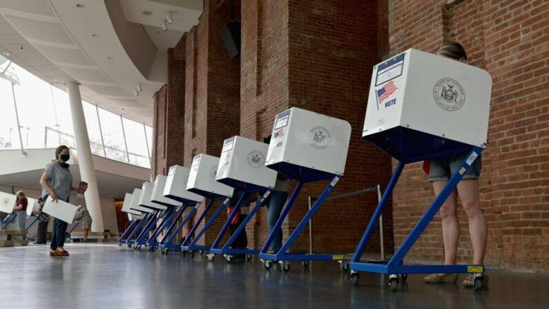 Unos residentes votan durante las elecciones primarias a la alcaldía de Nueva York en el colegio electoral del Museo de Brooklyn el 22 de junio de 2021 en Nueva York. (Angela Weiss/AFP vía Getty Images)