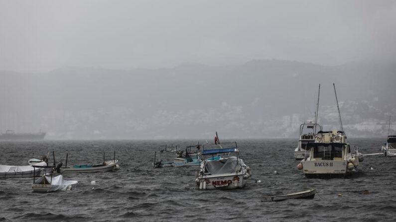 Varios botes y embarcaciones permanecen en el malecón de Acapulco, el cual se encuentra cerrado a la navegación debido a una tormenta tropical. EFE/ David Guzmán/Archivo