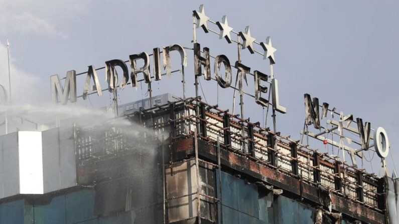 Bomberos extinguen las llamas tras un aparatoso incendio en la fachada exterior del Hotel Nuevo Madrid, situado junto a la zona norte de la M-30 en Madrid, Estaña, este jueves 3 de junio de 2021. EFE/Rodrigo Jiménez