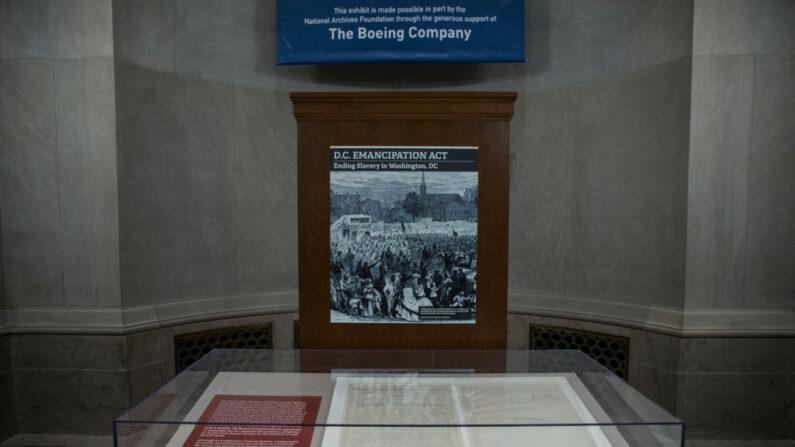 Fotografía del Acta de Emancipación en los Archivos Nacionales el 16 de abril de 2019 en Washington, DC. Los Archivos Nacionales mostraron el documento, que puso fin a la esclavitud en Washington, DC, junto con la Proclamación de Emancipación en honor al Día de la Emancipación. (Zach Gibson/Getty Images)