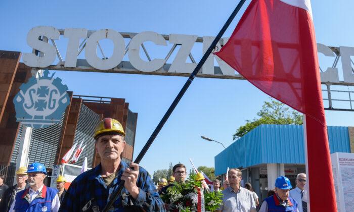 Miembros del sindicato Solidaridad caminan junto a la puerta histórica de los hoy llamados Astilleros de Gdansk durante el 30 aniversario de las elecciones parcialmente libres en Gdansk, Polonia, el 4 de junio de 2019. (Omar Marques/Getty Images)