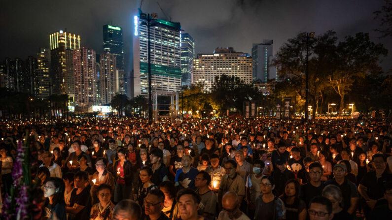La gente sostiene velas mientras participa en una vigilia en el Parque Victoria en Hong Kong el 4 de junio de 2019. (Anthony Kwan/Getty Images)