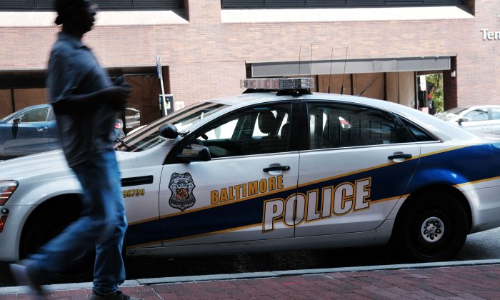 Una persona pasa junto a un coche de la policía en Baltimore, Maryland, en una foto de archivo. (Spencer Platt/Getty Images)