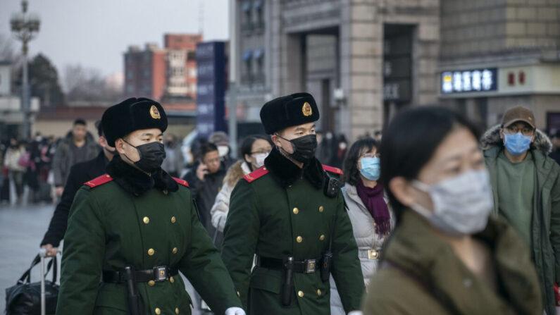 Agentes de policía chinos llevan mascarillas mientras patrullan en Beijing, China, el 22 de enero de 2020. (Kevin Frayer/Getty Images)