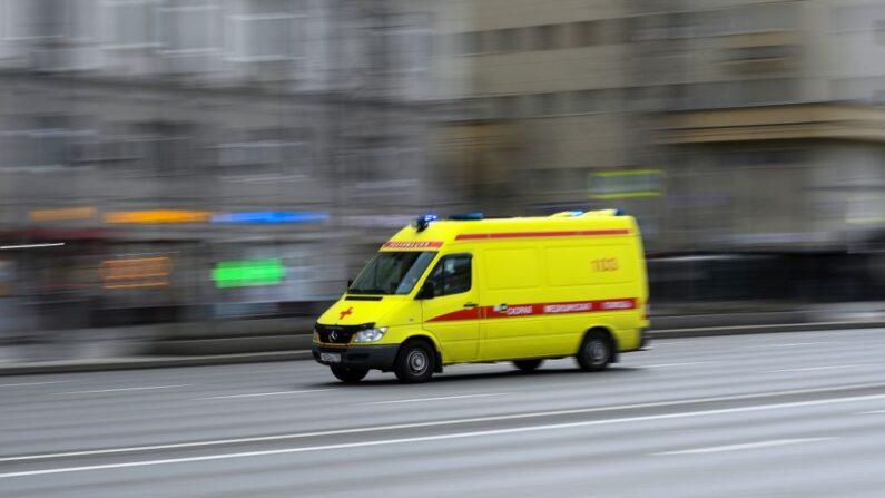 En una foto de archivo, una ambulancia circula por una calle de Moscú (Rusia) el 10 de abril de 2020. (Kirill Kudryyavtsev/AFP vía Getty Images)
