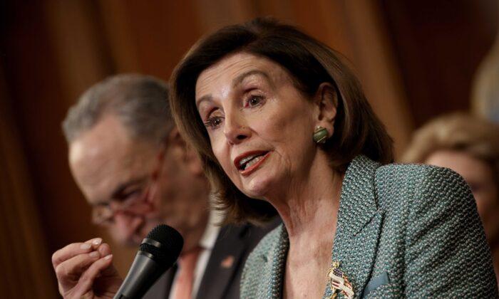 Pelosi y Schumer buscan juntar medida de límite de deuda con proyecto para evitar cierre del gobierno
