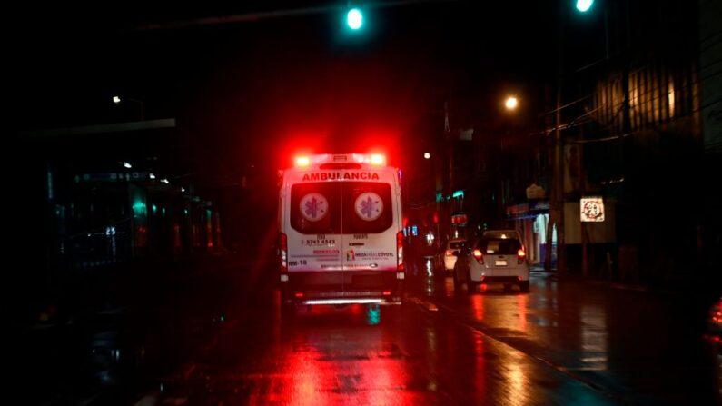 En una foto de archivo, vista de la ambulancia acudiendo a una llamada de emergencia. (Alfredo Estrella/AFP vía Getty Images)