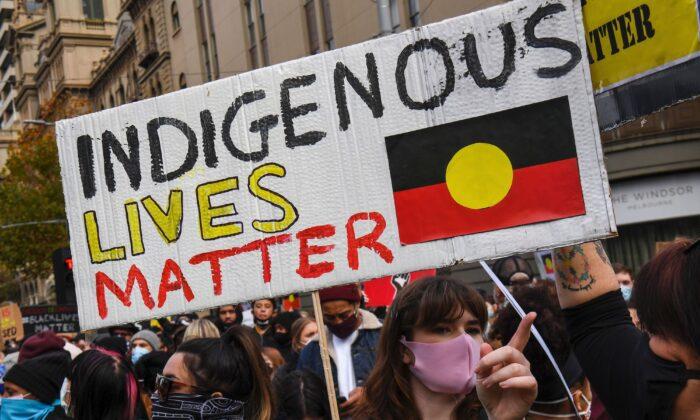 Manifestantes asisten a una protesta de Black Lives Matter en Melbourne el 6 de junio de 2020, para expresar su solidaridad con los manifestantes estadounidenses (William West/AFP vía Getty Images)