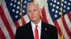 """Senador Scott presenta proyecto de ley para prohibir """"pasaportes de vacunas"""" para vuelos nacionales"""