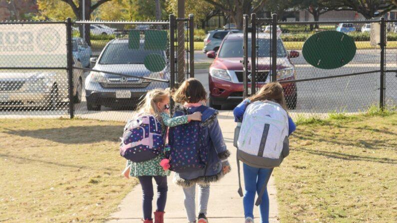 Alumnos con mascarillas caminan fuera de la escuela primaria Condit en Bellaire, en las afueras de Houston, Texas, el 16 de diciembre de 2020. (Francois Picard/AFP vía Getty Images)  Fuente: The Epoch Times en español