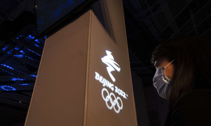 Una mujer en un acto para la prensa internacional organizado por el comité organizador de los Juegos Olímpicos de Invierno de Beijing 2022 en su sede de Shougang en Beijing, China, el 12 de abril de 2021. (Kevin Frayer/Getty Images)