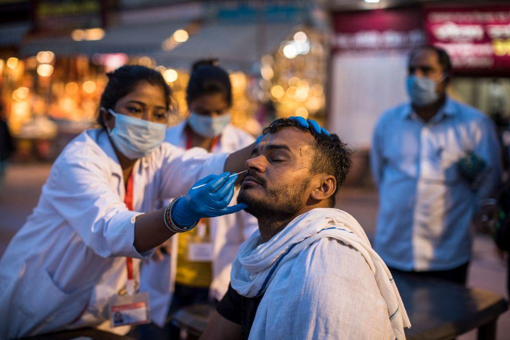 Investigan posibles pruebas de covid-19 falsas en un masivo festival en la India