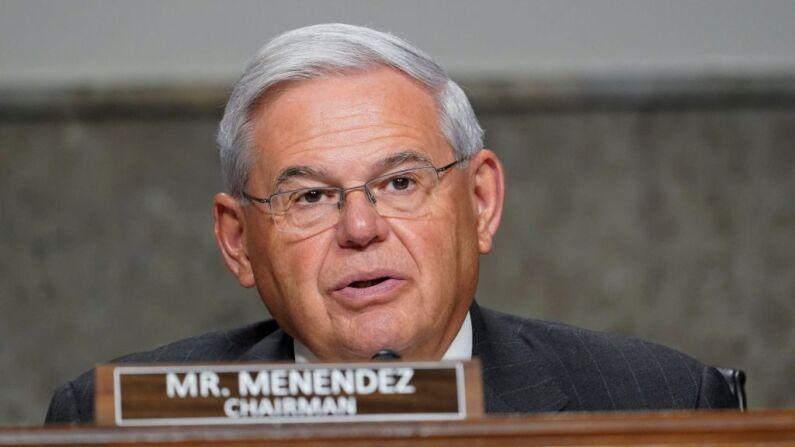 """Senador Menéndez pide que OPS aclare """"complicidad"""" en """"facilitar"""" tráfico de médicos cubanos"""