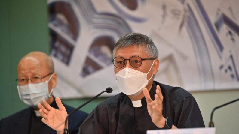 El recién nombrado obispo de Hong Kong, el reverendo Stephen Chow (derecha), habla en una conferencia de prensa con el cardenal John Tong (izquierda) en Hong Kong el 18 de mayo de 2021. (Peter Parks/AFP vía Getty Images)