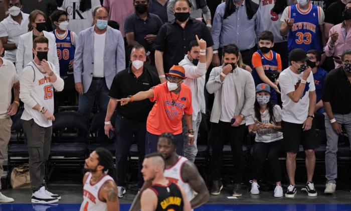 La multitud reacciona durante la primera mitad del Juego de la NBA entre los Knicks de New York y los Atlanta Hawks, el 23 de mayo de 2021, en la ciudad de Nueva York. (Seth Wenig-Pool/Getty Images)