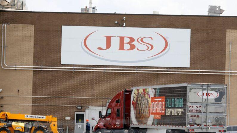 La planta de colocación de carne de JBS se ve en Plainwell, Michigan (EE.UU.), el 2 de junio de 2021. (Jeff Kowalsky/AFP vía Getty Images)