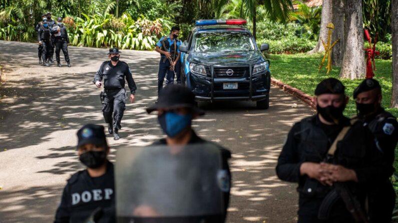 En una foto de archivo, la policía antidisturbios hace guardia frente a la casa de Cristiana Chamorro, exdirectora de la Fundación Violeta Barrios de Chamorro y precandidata presidencial, en Managua (Nicaragua) el 2 de junio de 2021. (Inti Ocon/AFP vía Getty Images)