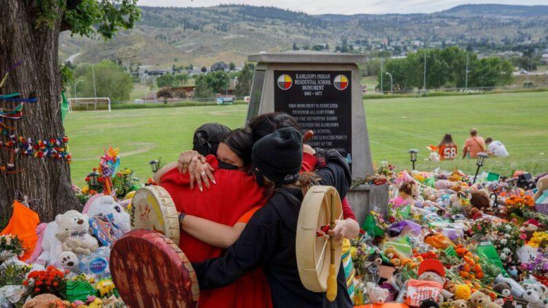 Encuentran otras 182 tumbas de niños indígenas en un internado en Canadá |  Niños | The Epoch Times en español