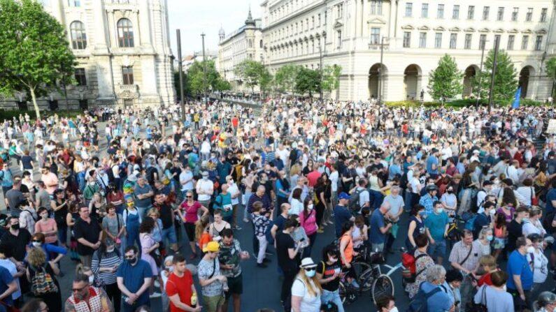 Manifestantes participan en una protesta contra la construcción prevista de una universidad china en Budapest, Hungría, el 5 de junio de 2021. (FERENC ISZA/AFP vía Getty Images)