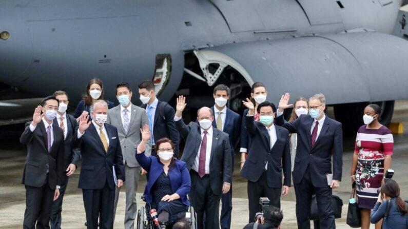 Una delegación formada por los senadores Tammy Duckworth (3º izq.), Christoper Coons (3º dcha.) y Dan Sullivan (2º izq.), posa para fotografiarse con el ministro de Asuntos Exteriores de Taiwán, Joseph Wu (2º dcha.), y el director del Instituto Americano en Taiwán (AIT), Brent Christensen (dcha.), tras su llegada al aeropuerto de Songshan, en Taipei, el 6 de junio de 2021. (Pei Chen/POOL/AFP vía Getty Images)