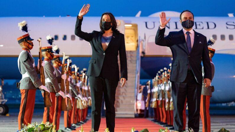 La vicepresidenta de Estados Unidos, Kamala Harris, saluda junto al ministro de Relaciones Exteriores de Guatemala, Pedro Brolo, a su llegada al Aeropuerto Internacional La Aurora en la Ciudad de Guatemala el 6 de junio de 2021. (Jim Watson/ AFP a través de Getty Images)