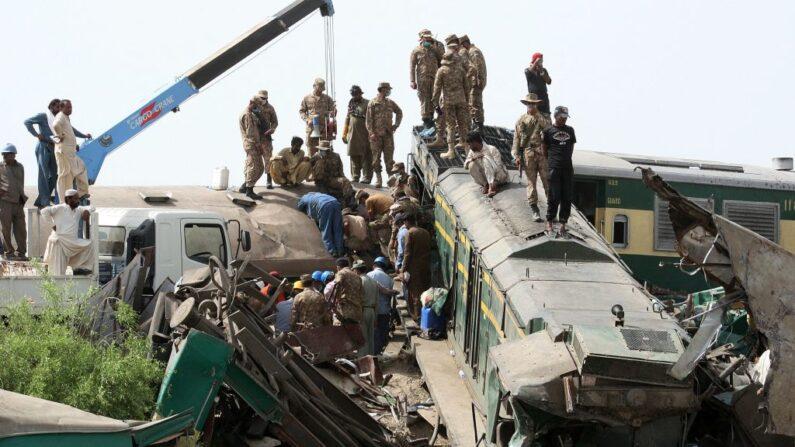 Personal de seguridad lleva a cabo operaciones de rescate en el lugar de un accidente de tren en la zona de Daharki, en la provincia septentrional de Sindh, Pakistán, el 7 de junio de 2021. (AFP vía Getty Images)