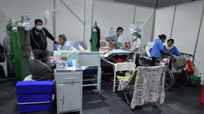 Personas son atendidas en un centro especializado para pacientes con covid-19 en la ciudad sureña de Arequipa, Perú, el 8 de junio de 2021. (Diego Ramos / AFP vía Getty Images)