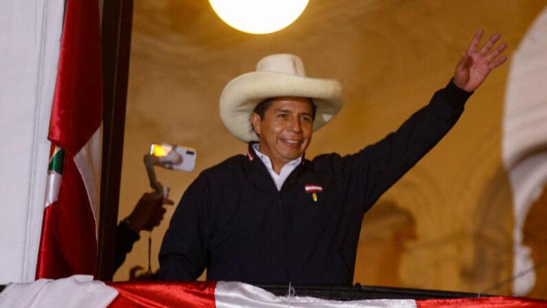 El candidato presidencial peruano de izquierda Pedro Castillo de Perú Libre saluda a sus partidarios desde el balcón de la sede de su partido en Lima, Perú, el 8 de junio de 2021. (Gian Masko / AFP vía Getty Images)