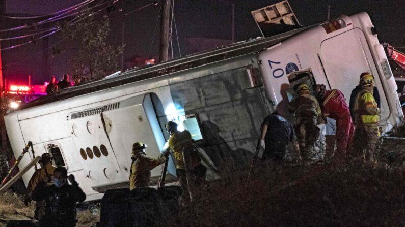 Rescatistas trabajan después de que un autobús se estrellara en las afueras de Popotla, Rosarito, estado de Baja California, México, el 8 de junio de 2021. (Guillermo Arias/AFP vía Getty Images)
