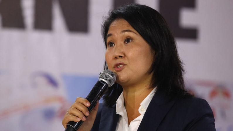 La candidata presidencial Keiko Fujimori de Fuerza Popular habla durante una conferencia de prensa mientras los votos continúan siendo contados después de una ajustada segunda vuelta de las elecciones presidenciales el 9 de junio de 2021 en Lima, Perú. (Leonardo Fernández/Getty Images)