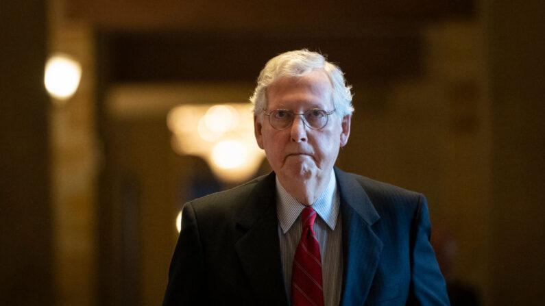 El líder de la minoría del Senado, Mitch McConnell (R-KY), sale de su oficina y se dirige a un almuerzo con los republicanos del Senado, en el Capitolio de Estados Unidos, el 15 de junio de 2021. (Drew Angerer/Getty Images)