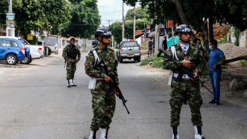 Soldados hacen guardia cerca de una unidad militar en Cúcuta, Colombia, en la frontera con Venezuela, el 15 de junio de 2021. (Schneyder Mendoza/AFP vía Getty Images)