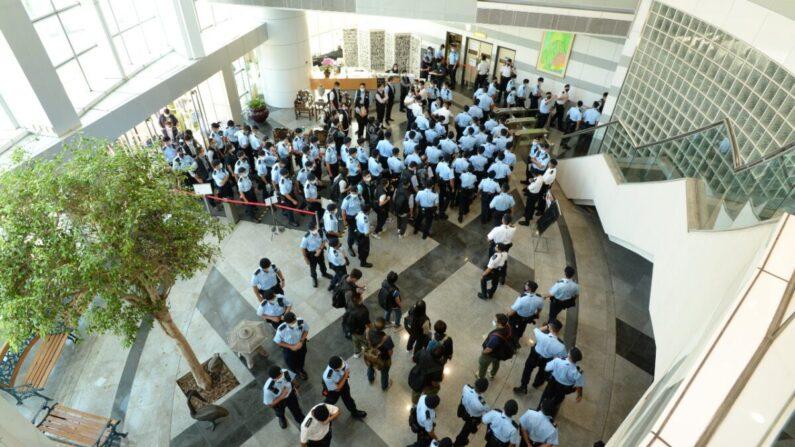 En esta imagen proporcionada por Apple Daily, agentes de policía realizan una redada en la oficina de Apple Daily en Hong Kong, China, el 17 de junio de 2021. (Apple Daily vía Getty Images)