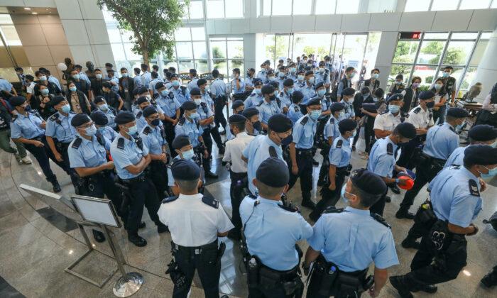 Varios agentes de policía realizan una redada en la oficina de Apple Daily en Hong Kong el 17 de junio de 2021. (Apple Daily vía Getty Images)