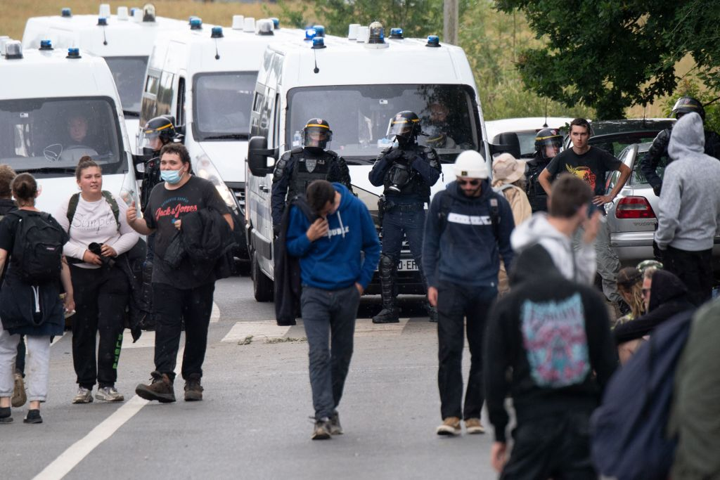 Varios heridos en disturbios tras dispersión de multitudinaria fiesta clandestina en Francia