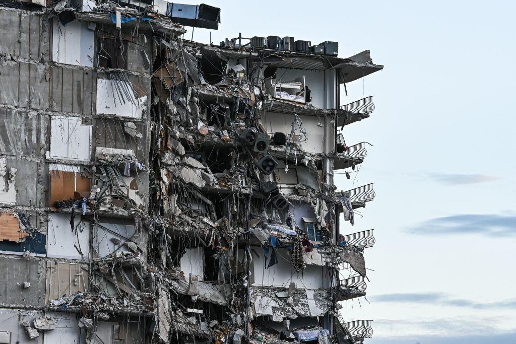 Se derrumba parte de edificio en Miami Beach: al menos un muerto