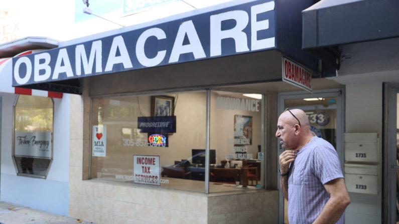A. Michael Khoury se encuentra fuera de su agencia de seguros Leading, que ofrece planes bajo la Ley de Atención Asequible (también conocida como Obamacare) en Miami, Florida, el 28 de enero de 2021. (Joe Raedle/Getty Images)