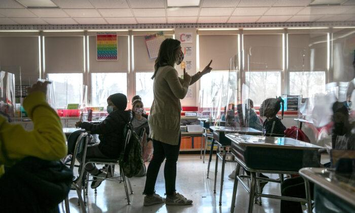 Una profesora dando clases en una foto de archivo. (John Moore/Getty Images)