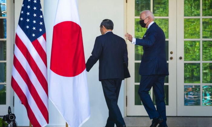 El presidente de Estados Unidos, Joe Biden (dcha.), y el primer ministro de Japón, Yoshihide Suga, abandonan la Rosaleda al término de una conferencia de prensa en la Casa Blanca en Washington, DC. Los dos líderes se reunieron para tratar temas como China, los derechos humanos, la resistencia de la cadena de suministro y otros temas el 16 de abril de 2021. (Doug Mills-Pool/Getty Images)