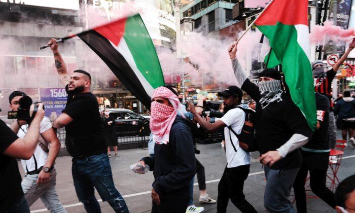 Manifestantes propalestinos marchan en las calles durante un violento enfrentamiento con partidarios de Israel y la policía en Times Square en la ciudad de Nueva York, el 20 de mayo de 2021. (Spencer Platt/Getty Images)
