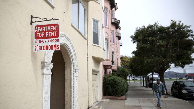 """Un peatón pasa junto a un letrero de """"se alquila"""" colocado frente a un edificio de apartamentos, el 2 de junio de 2021, en San Francisco, California. (Justin Sullivan/Getty Images)"""