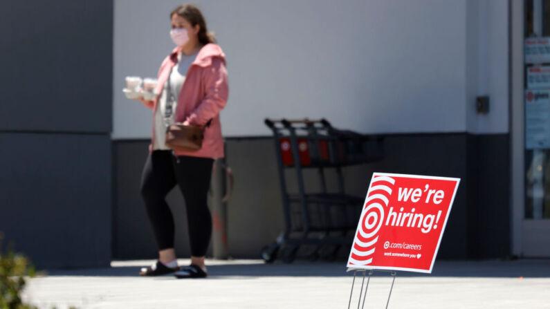 Una cliente camina junto a un cartel de 'Estamos Contratando' fuera de una tienda Target el 03 de junio de 2021 en Sausalito, California (EE.UU.). (Justin Sullivan/Getty Images)