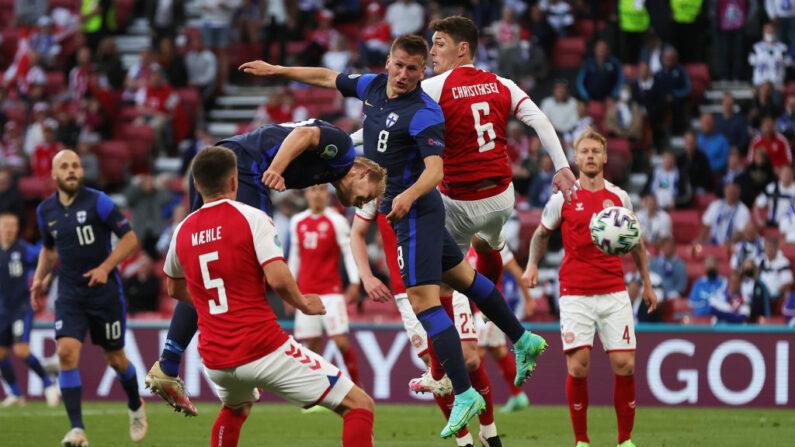 Joel Pohjanpalo, de Finlandia, marca el primer gol de su equipo durante el partido del Grupo B de la Eurocopa 2020 entre Dinamarca y Finlandia el 12 de junio de 2021 en Copenhague, Dinamarca. (Friedemann Vogel - Pool/Getty Images)