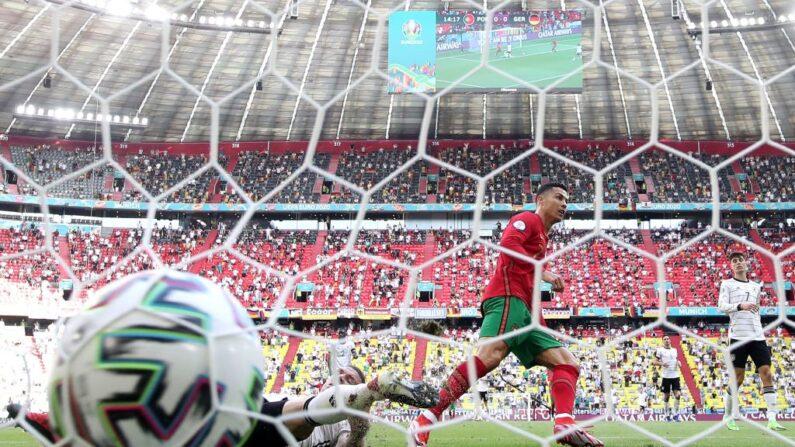 Cristiano Ronaldo de Portugal marca el primer gol de su equipo durante el partido del Grupo F de la UEFA Euro 2020 entre Portugal y Alemania en el Football Arena de Múnich el 19 de junio de 2021 en Múnich, Alemania. (Foto de Alexander Hassenstein/Getty Images)