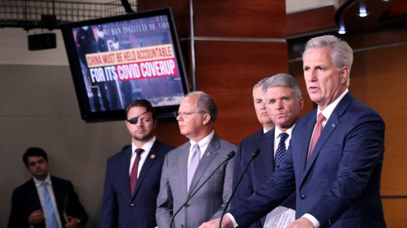 El líder de la minoría de la Cámara de Representantes, Kevin McCarthy (der.), habla durante una conferencia de prensa en el Capitolio de los Estados Unidos en Washington el 23 de junio de 2021. (Win McNamee/Getty Images)