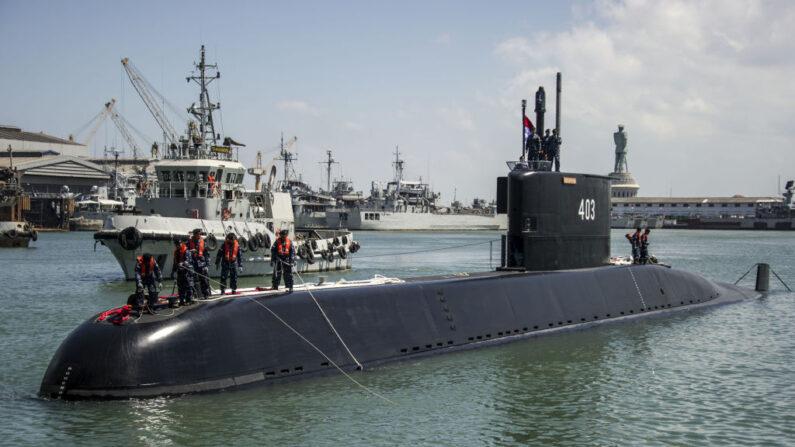 El más reciente submarino de Indonesia KRI Nagapasa 403 llega al puerto naval de Surabaya el 28 de agosto de 2017. (JUNI KRISWANTO/AFP vía Getty Images)