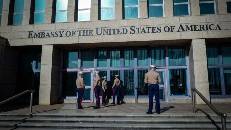 Marines de EE. UU. frente a la Embajada de Estados Unidos en La Habana, el 21 de febrero de 2018. (Foto de ADALBERTO ROQUE/AFP/Getty Images)