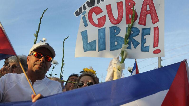 La gente muestra su apoyo a Las Damas de Blanco de Cuba el 25 de marzo de 2010 en Miami, Florida. En Cuba, la semana pasada las Damas de Blanco, disidentes pacíficas, fueron atacadas por las fuerzas de seguridad del gobierno en La Habana. (Foto de Joe Raedle/Getty Images)
