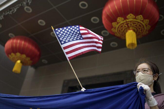 Un manifestante sostiene una bandera estadounidense frente al consulado chino en Houston el 24 de julio de 2020. (Mark Felix/AFP vía Getty Images)